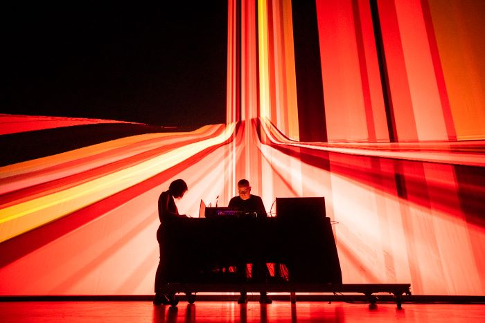 An image of Florence To and Drew McDowall performing, credit do Bruno Destombes